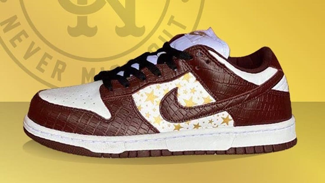 Photo de la sneaker Supreme x Nike SB Dunk Low White/Metallic Gold-Barkroot Brown