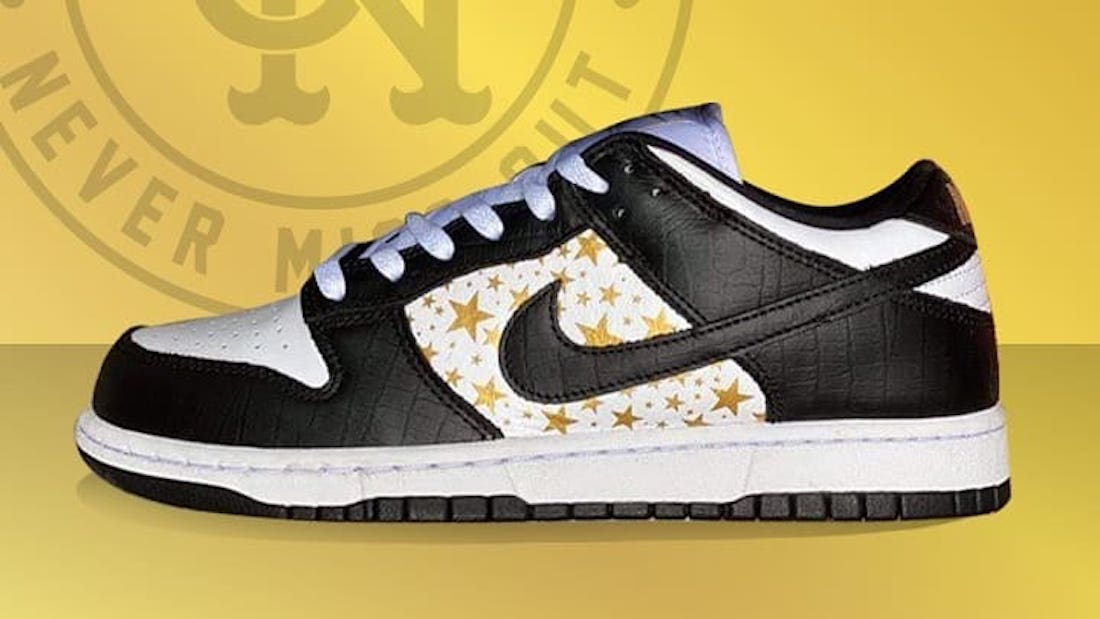 Photo de la sneaker Supreme x Nike SB Dunk Low White/Metallic Gold-Black